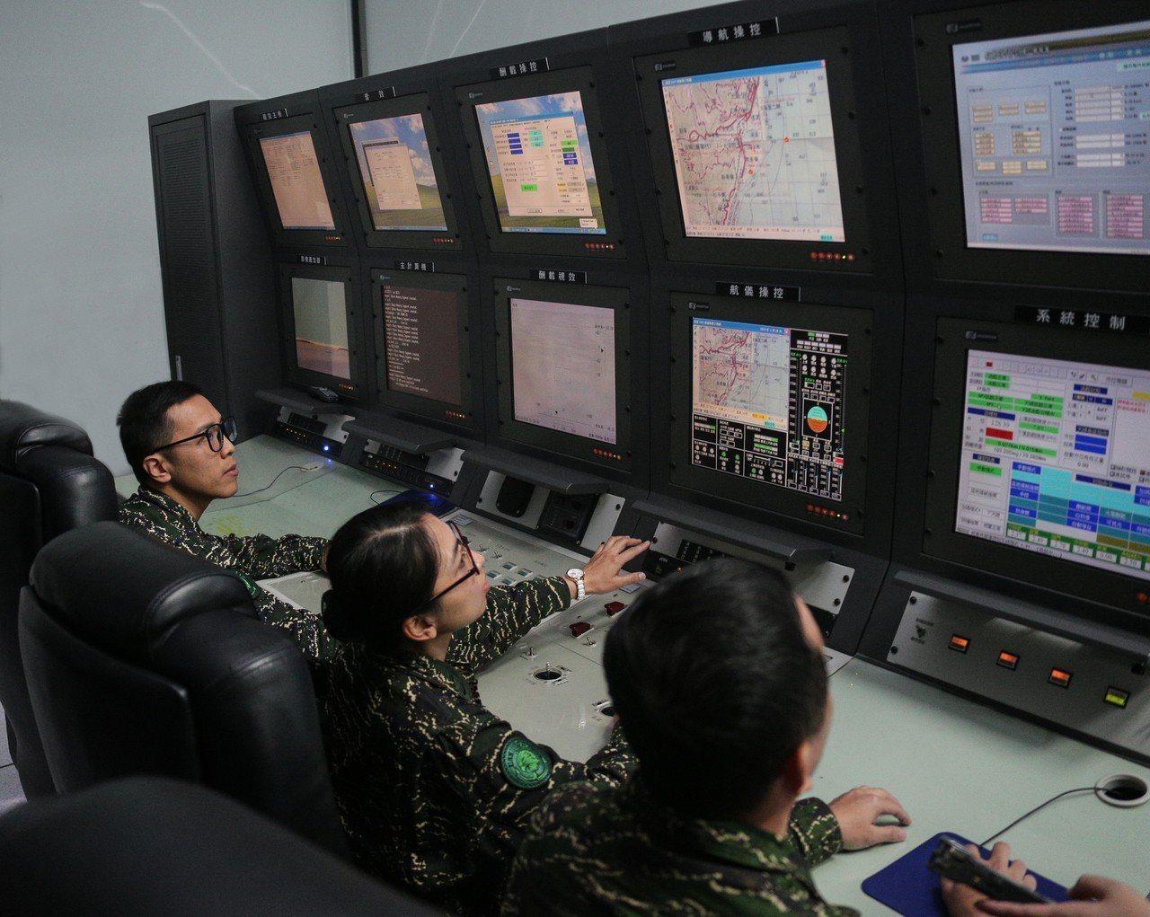 海軍官兵進行銳鳶無人機模擬機教室操作展示。圖/軍聞社提供