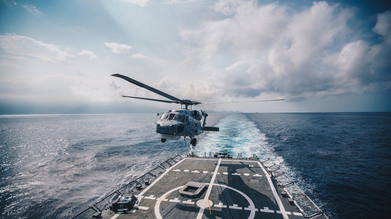 海軍S-70C反潛直升機於成功級鄭和軍艦上實施起落艦操演。圖/軍聞社提供