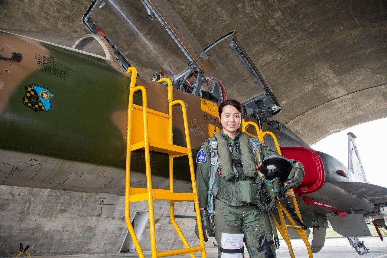 空軍首位正期女性飛行員高慈妤上尉,現服役於空軍第七聯隊。圖/軍聞社提供
