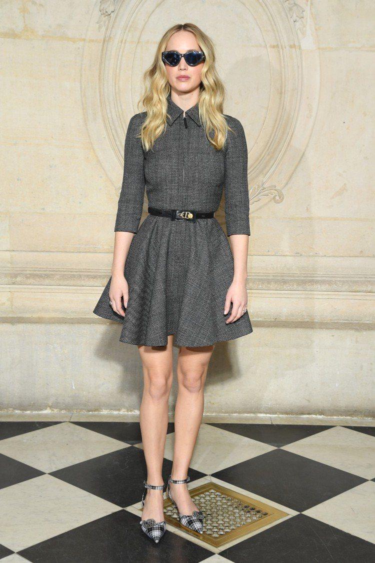 身為Dior代言人的小珍妮佛日前在巴黎看秀,身穿最新的秋冬系列洋裝,首度公開秀出...