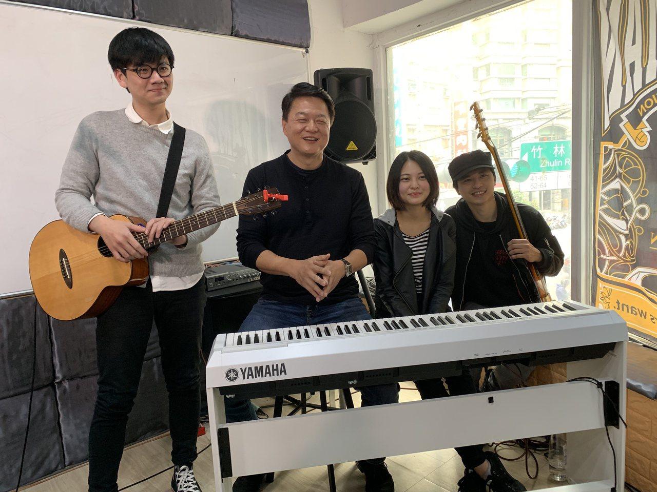 前台北縣長周錫瑋(左二)今到永和組Band練團。記者魏翊庭/攝影