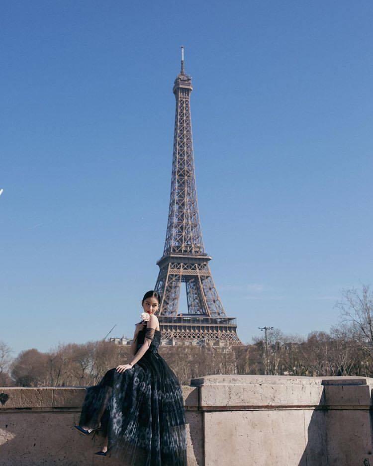 DIOR大中華區品牌大使Angelababy看秀前與巴黎鐵塔合影。圖/取自IG ...