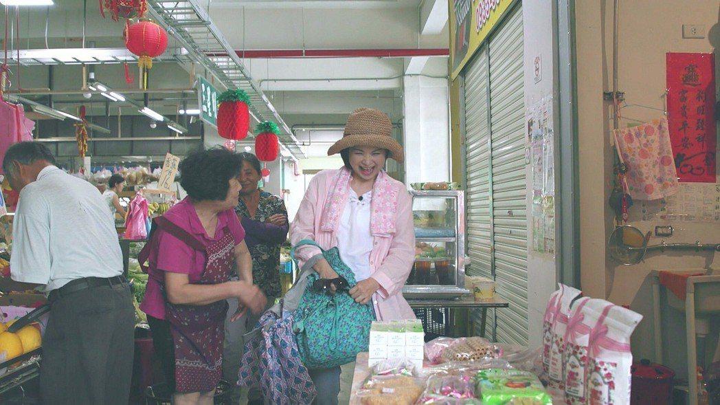 楊貴媚(右一)到傳統市場採買,被一堆攤商認出,引起不小騷動。圖/公視提供