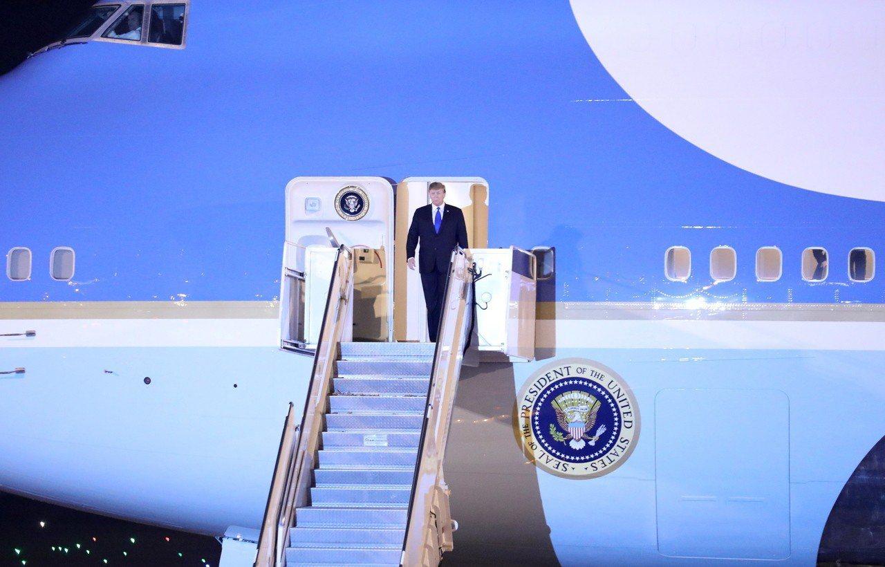 美國總統川普26日晚間抵達河內,準備參加27日起一連兩天的川金峰會。歐新社