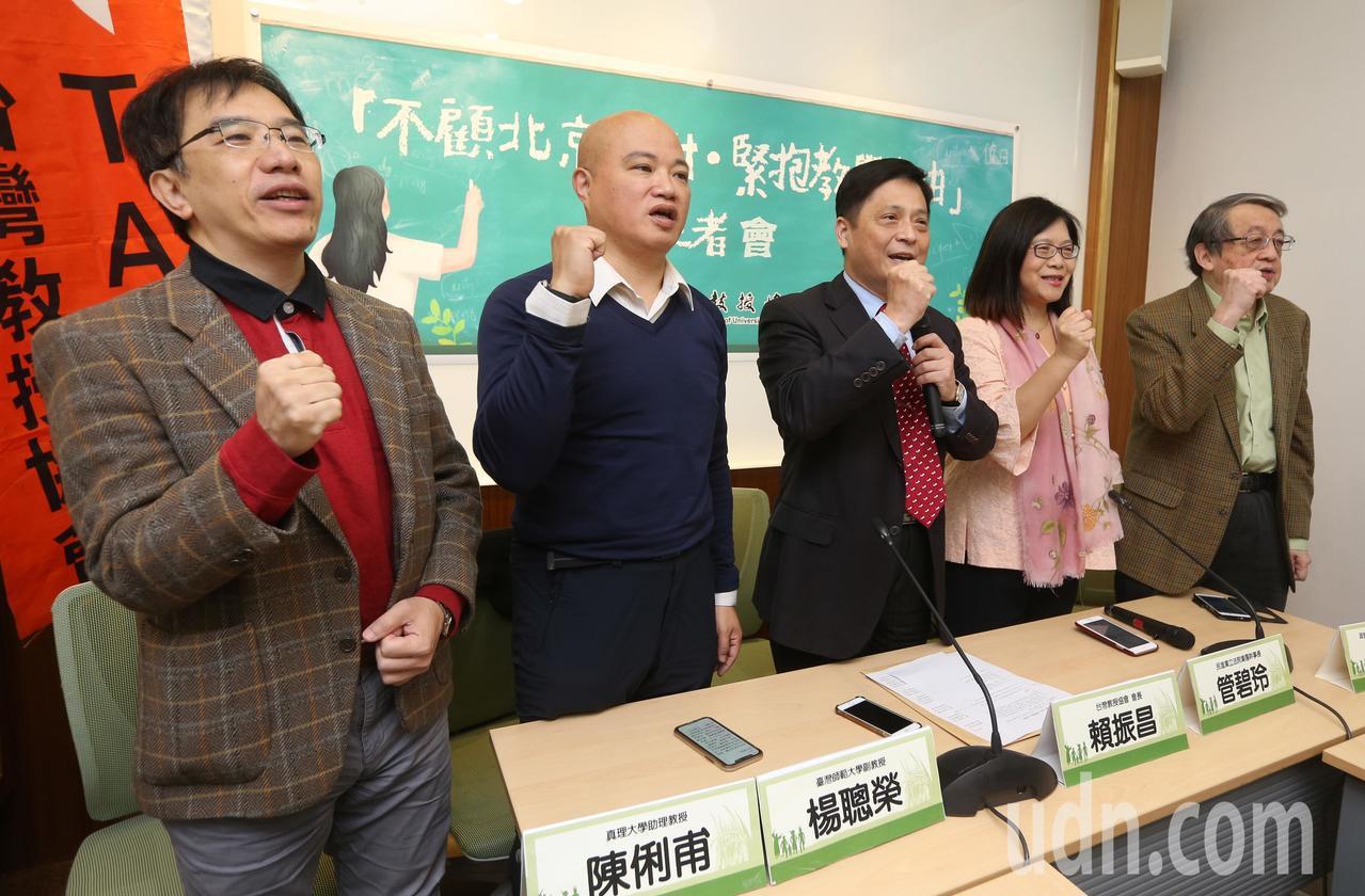 針對中國國台辦接獲來台讀大學的學生與家長反映,不滿台灣有大學教授在課堂上宣揚個人...