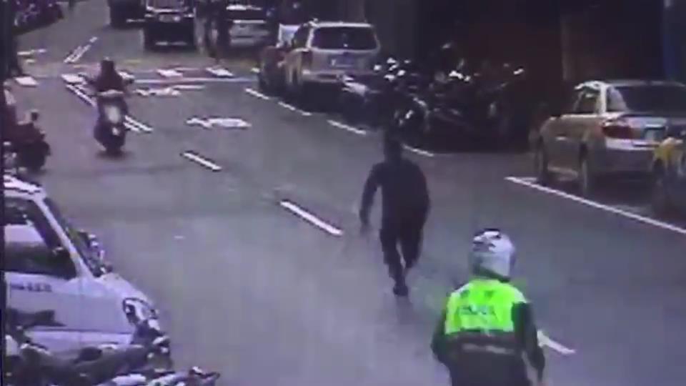 偷渡來台的阮姓越南籍男子,昨天下午現身新北市板橋區想要找工作,遇到巡邏警員嚇得拔...