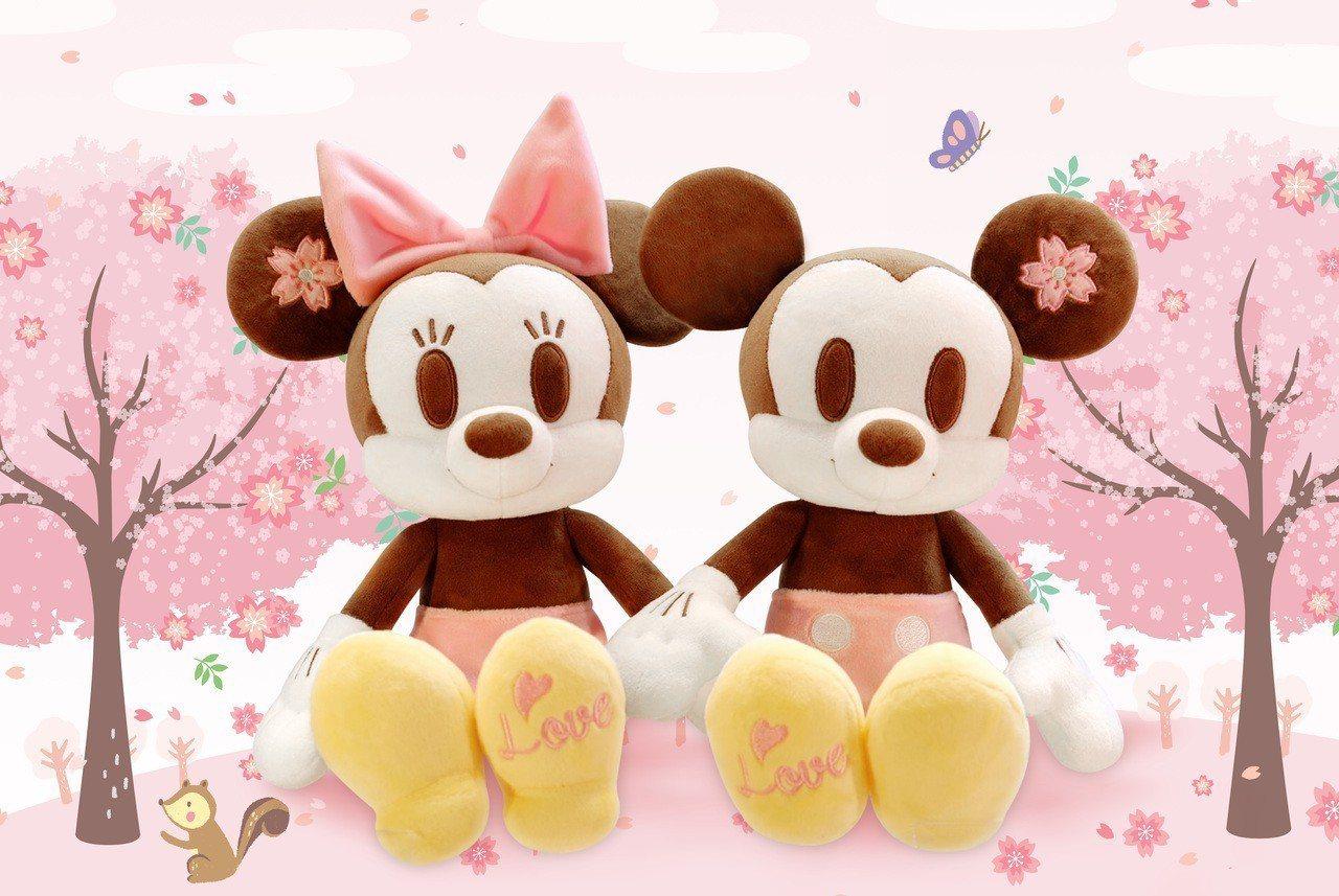 櫻花季限定版米奇米妮絨毛玩偶,899元。圖/台灣迪士尼提供