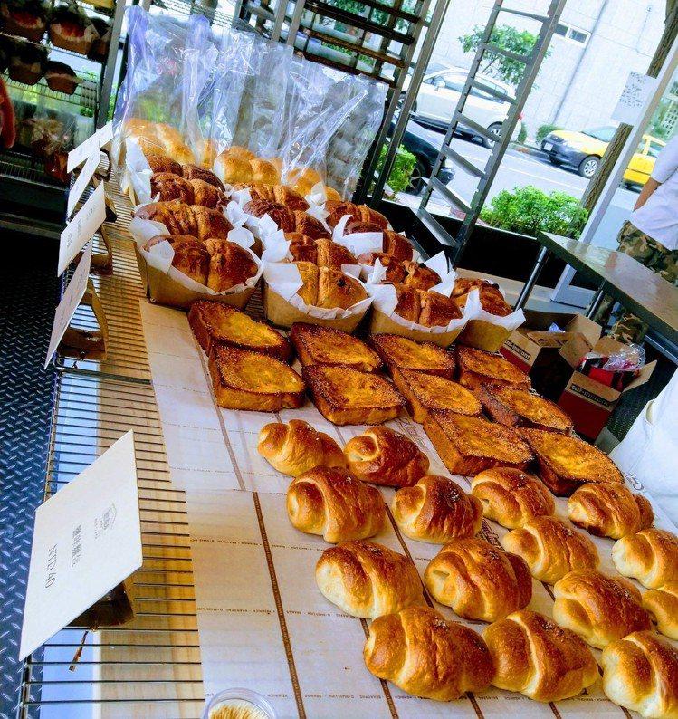 新鮮出爐麵包每日限量提供。圖/擷取自TREES_BREAD臉書
