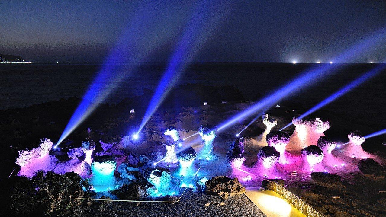 去年4月野柳地質公園首度夜間開放,結合奇石燈光秀及女王音樂會,造成轟動。今年夜訪...