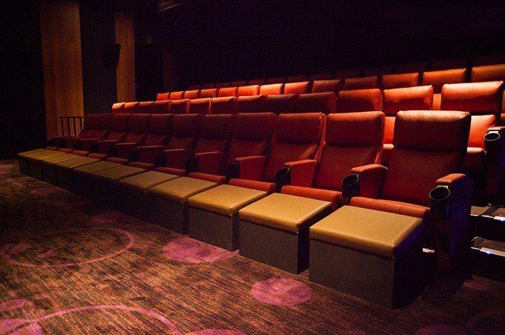 喜樂時代影城永和比漾店,全館採用法拉利系出同門的全皮革沙發座椅,第一排更設置「跨...