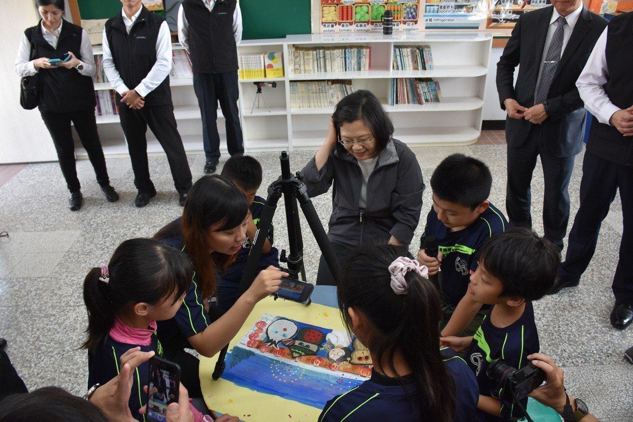 總統蔡英文(中)本月19日到訪雲林麥寮興華國小。圖/報系資料照