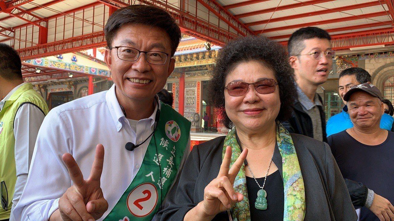總統府祕書長陳菊(右)南下出席中常會,為郭國文加油打氣。記者吳淑玲/攝影