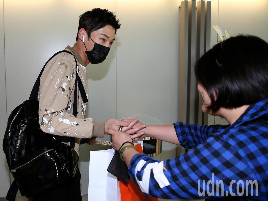 南韓藝人崔振赫(左)27日下午搭機抵達桃園機場,剛下飛機在管制區內空橋門口,就有...