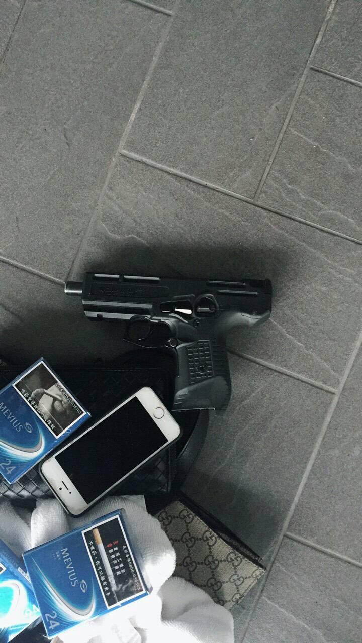 台中市太平區新興路一家汽車旅館上午傳出槍擊案,警方起獲手槍1把,子彈兩顆。圖/警...