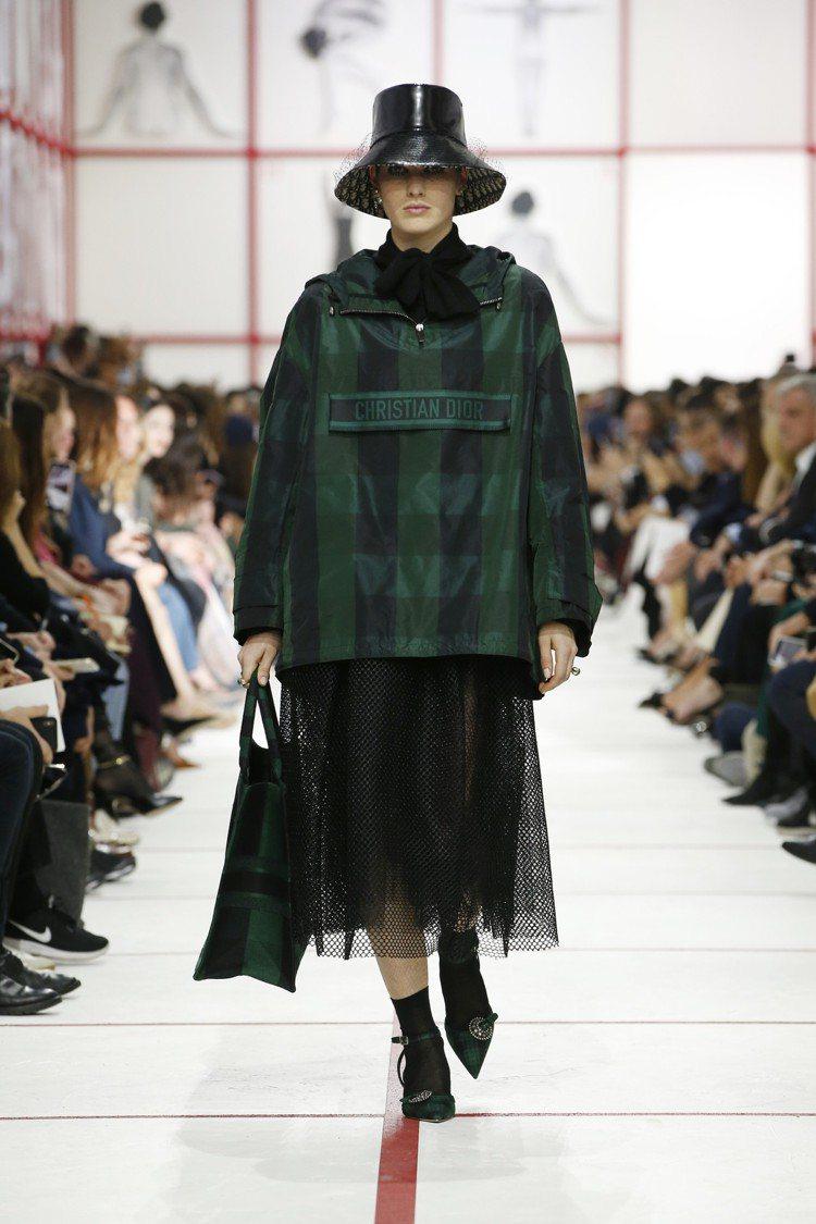 水牛格紋外套走流行的街頭運動風,搭配網眼紗裙和尖頭低跟鞋。圖/Dior提供