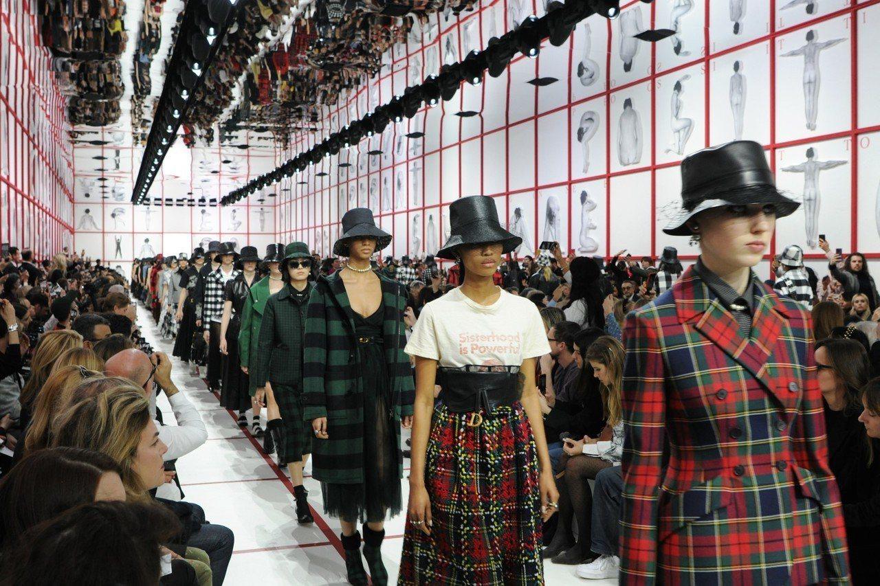 Dior秋冬時裝系列大量運用各式格紋。圖/Dior提供