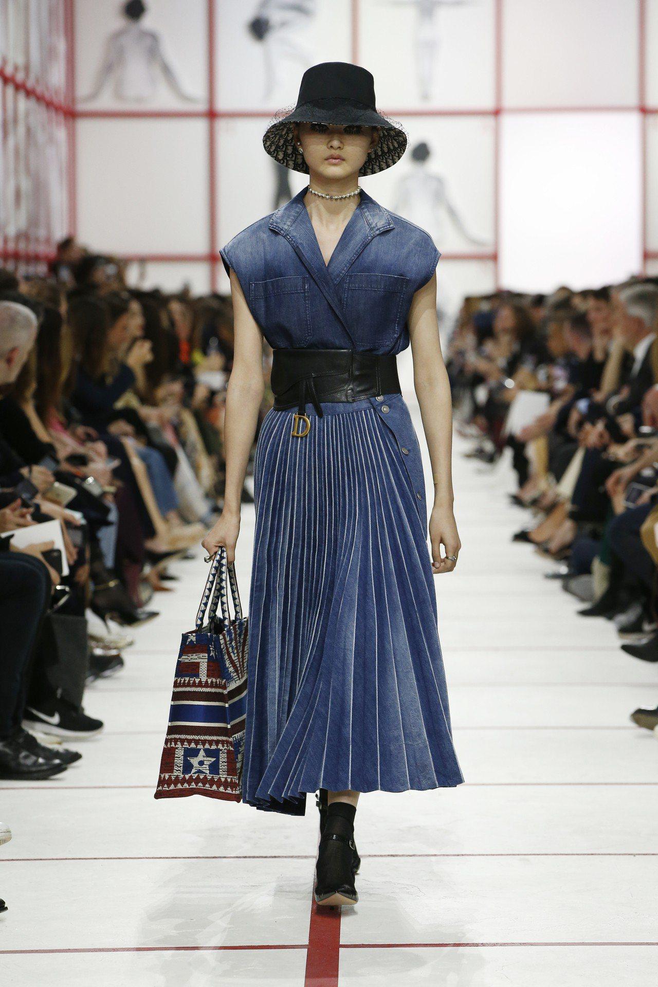 本季裙長過膝呈現50年代的優雅,但百摺手法處理的丹寧材質賦予整體設計年輕高級感。...