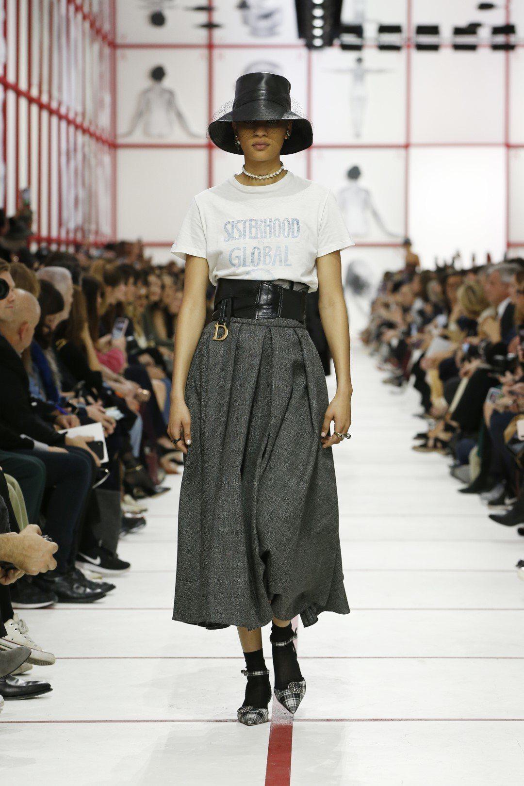Dior照例以標語T恤開秀,搭配寬版馬甲腰帶聚焦腰線,是本季主要的輪廓。圖/Di...