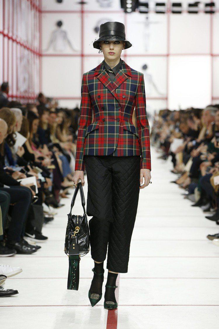 躍然主角的格紋,讓新版的雙排扣束腰外套Bar Jacket流露出少許龐克氣息。圖...