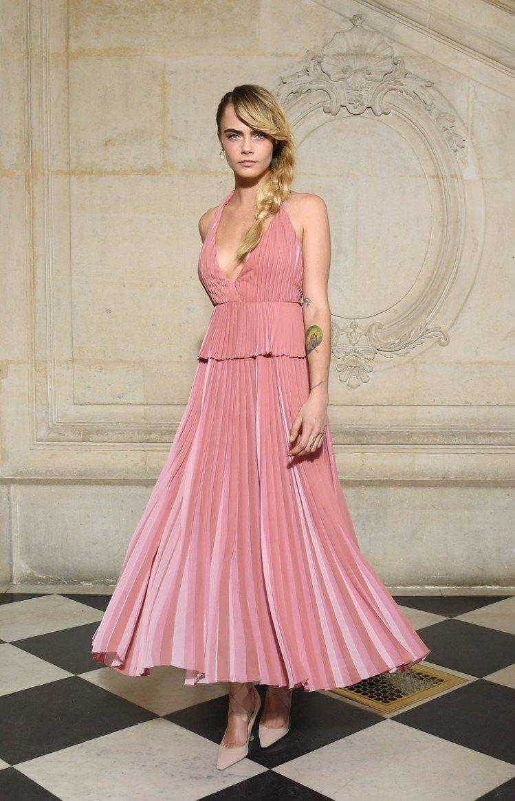 超模卡拉迪樂芬妮搶先穿上秋冬系列的粉色洋裝來看秀。圖/Dior提供