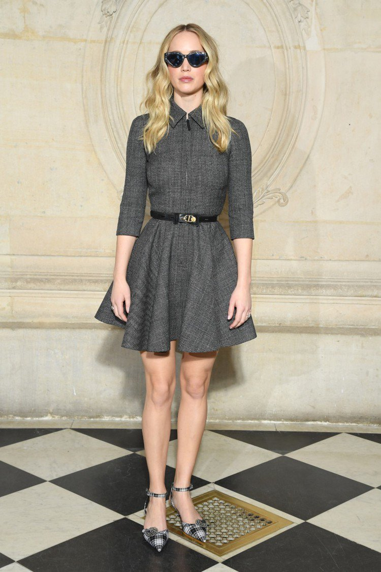 Dior代言人珍妮佛羅倫斯傳出訂婚喜訊後首度帶著鑽戒公開露面,搶先穿上秋冬款的灰...
