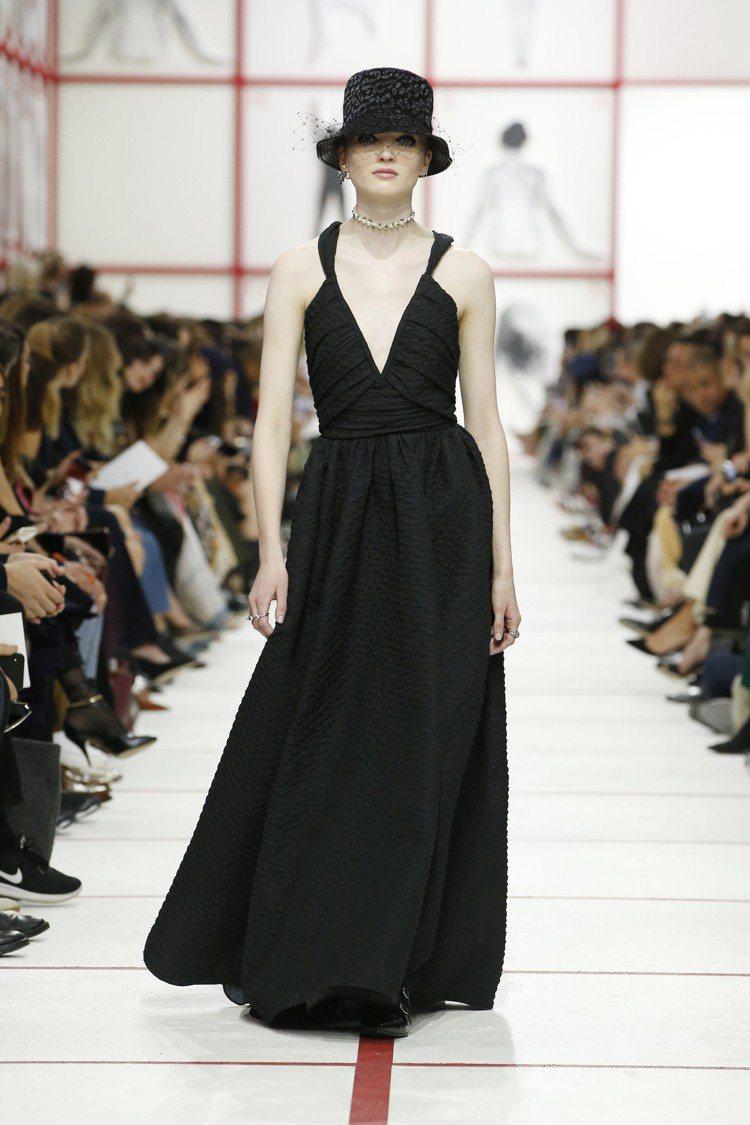 晚裝低調內斂,簡約而優雅。珍珠短頸鍊也是本季的重要配件。圖/Dior提供