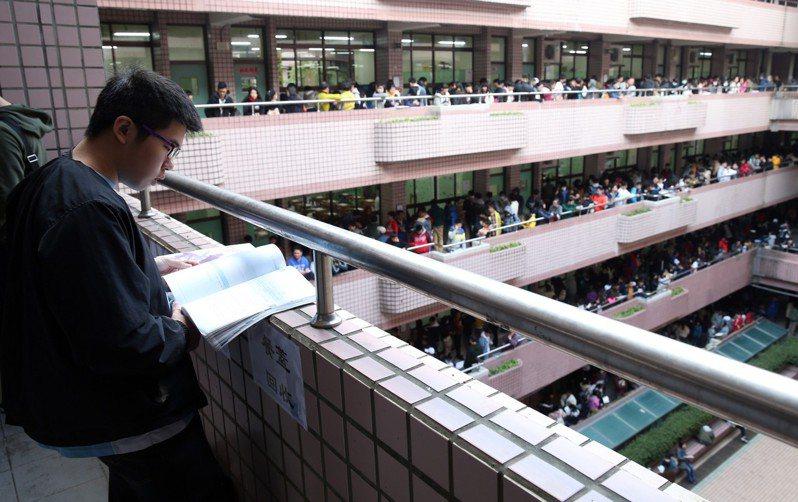 今年學測首度採用5選4。報系資料照。