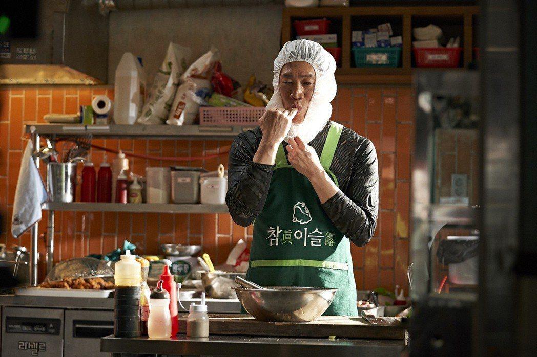 陳善圭在片中飾演刑警也是炸雞店王牌主廚。圖/CATCHPLAY提供
