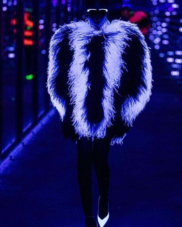 Saint Laurent的2019秋冬系列模特兒摸黑穿螢光皮草。圖/取自IG ...