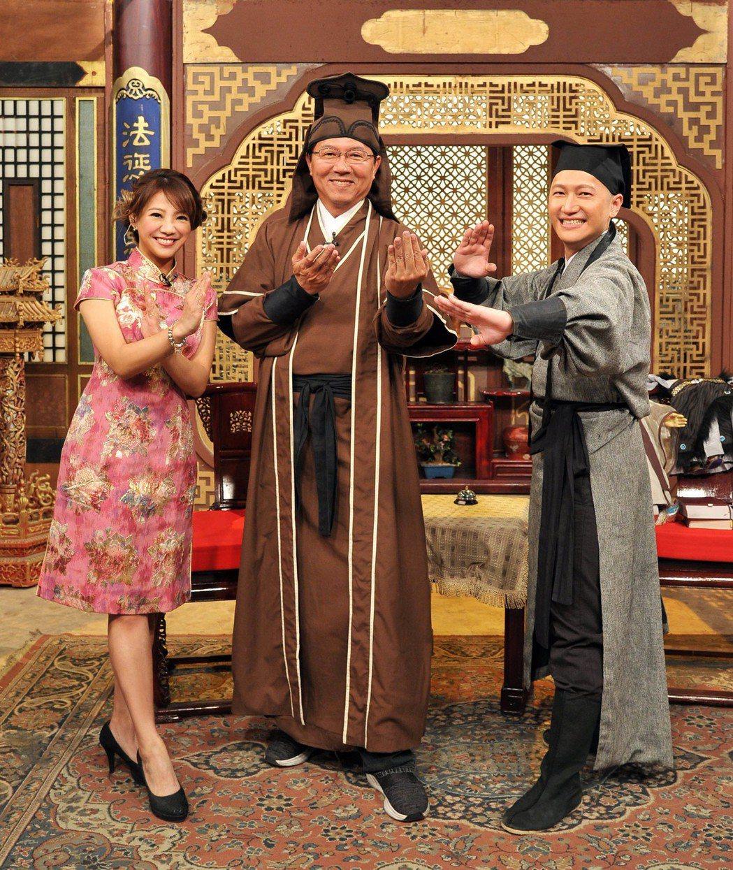 主播林彥均(左起)、節目來賓謝龍介和主播郭于中。圖/台視提供