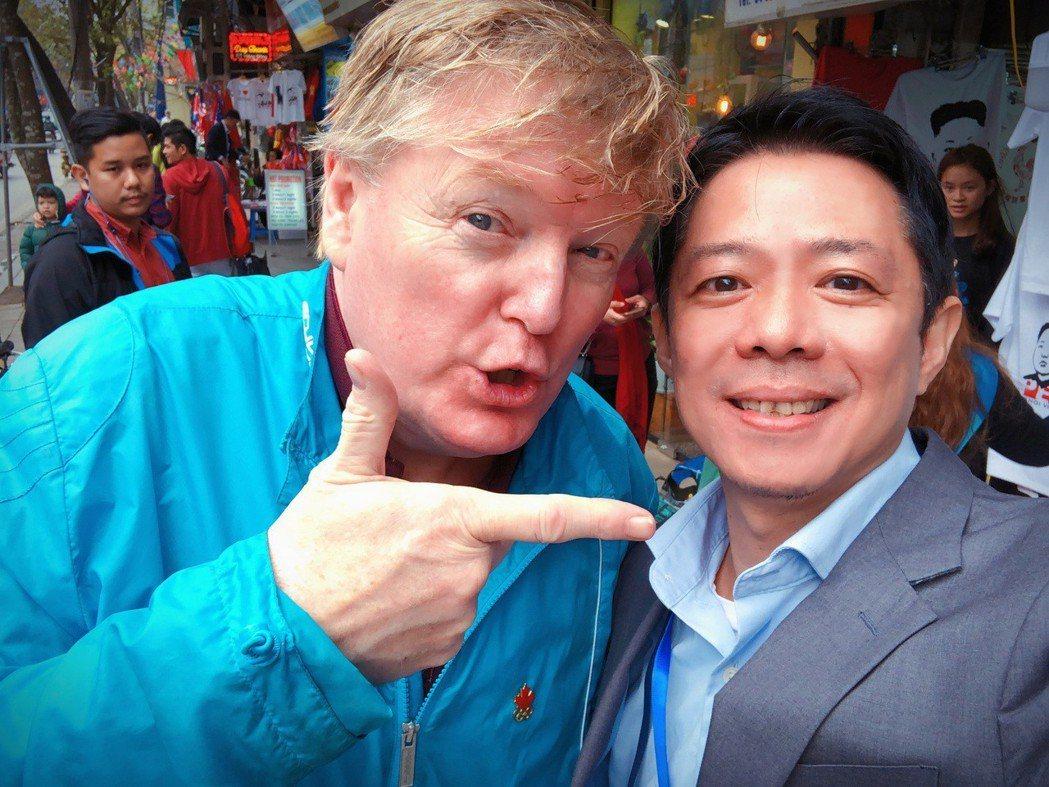 林宏宜(右)和山寨川普玩自拍。圖/TVBS提供