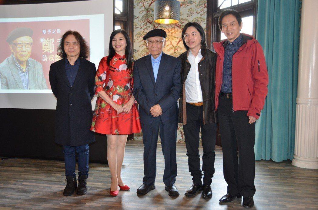 左起林文俊、小百合、鄭愁予、李奕青、殷正洋。圖/華風文化提供