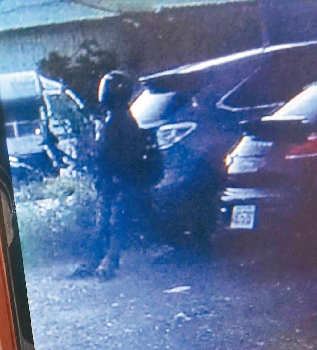 黃姓兇嫌頭戴全罩式安全帽,行兇前等了一個多小時,被監視器拍下。圖/記者李京昇翻攝