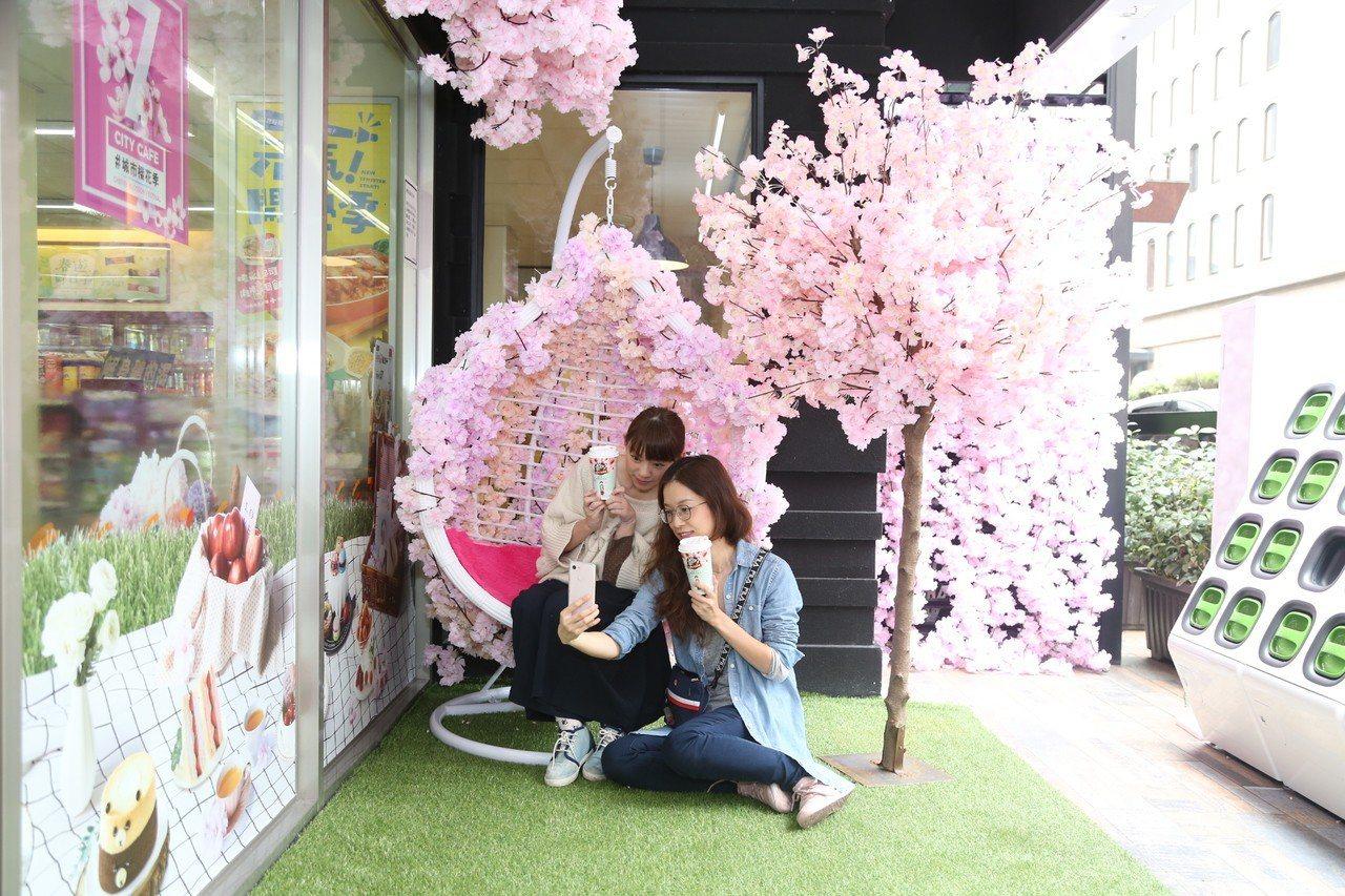 位於台北市東區的7-ELEVEN誠安門市設計了櫻花友情搖椅。圖/7-ELEVEN...