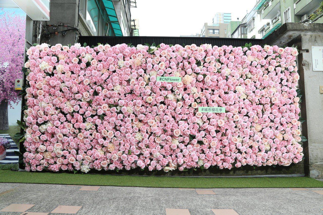 7-ELEVEN台北國館門市有大面積落地玫瑰花牆,是拍照打卡的絕佳景點。圖/7-...