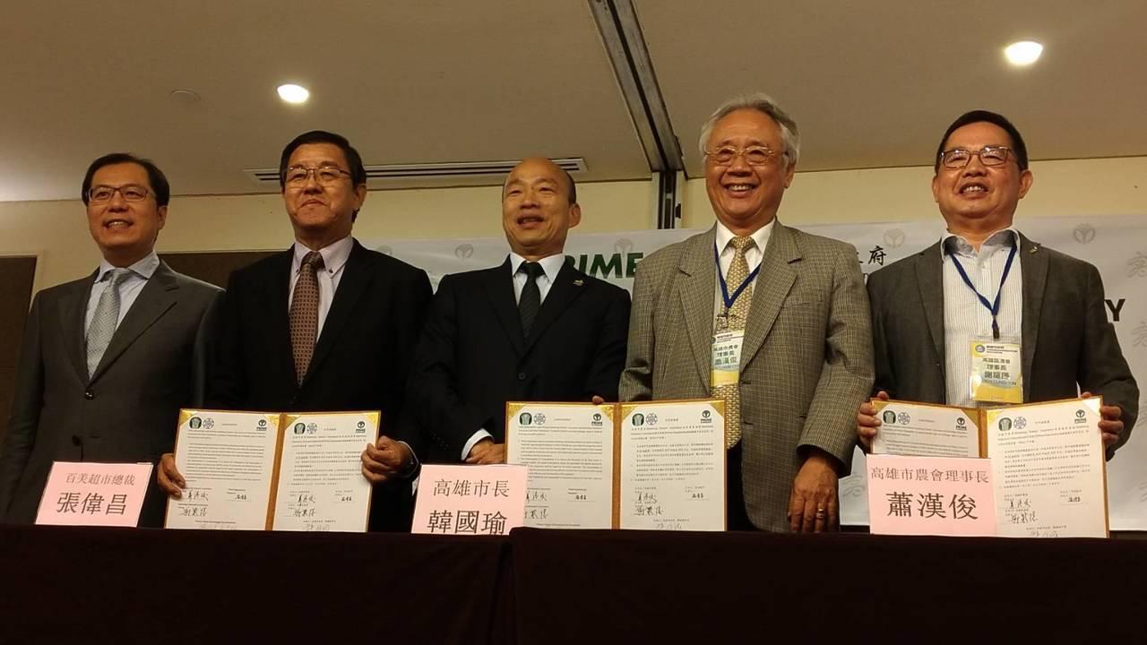 高市長韓國瑜晚宴前再簽署一筆超市訂單,並於晚宴前接受聯訪。記者蔡孟妤/攝影