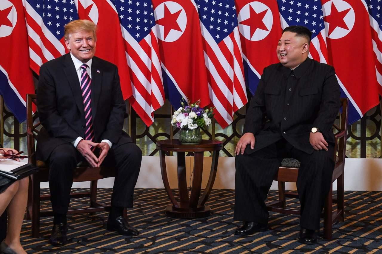 美國總統川普(左)與北韓領導人金正恩(右)27日在越南河內會面。法新社