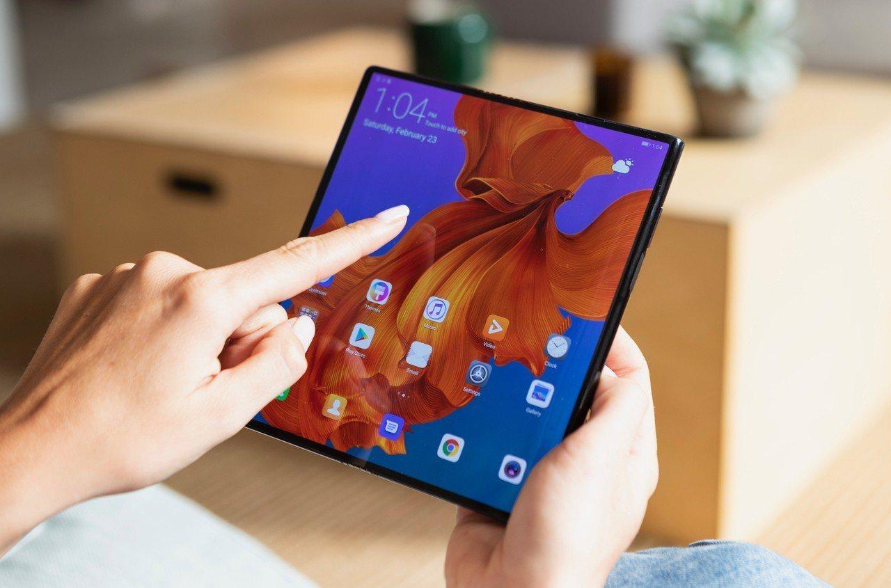華為Mate X打開後可變成8吋大螢幕。圖/華為提供