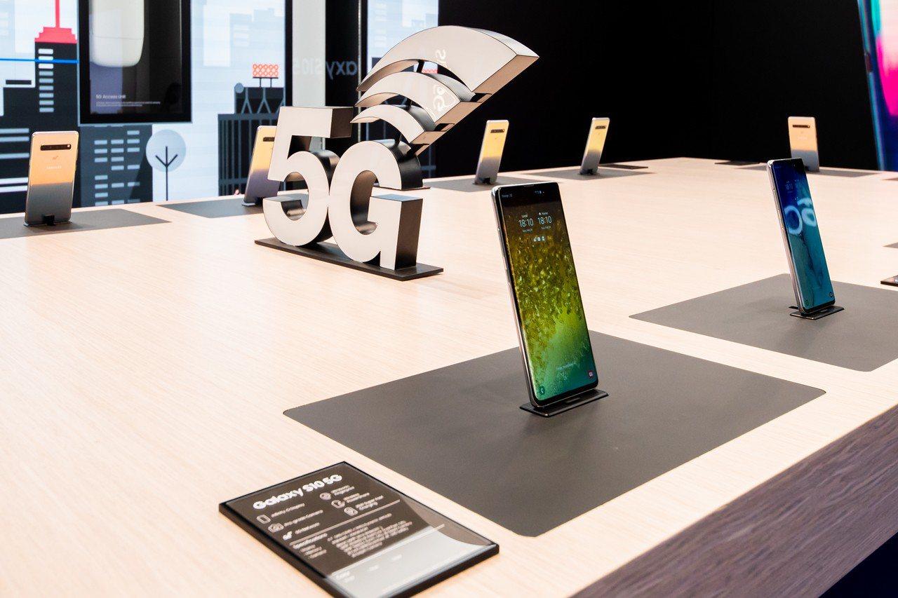 三星於MWC展區展示首款5G智慧型手機Galaxy S10 5G。圖/三星提供