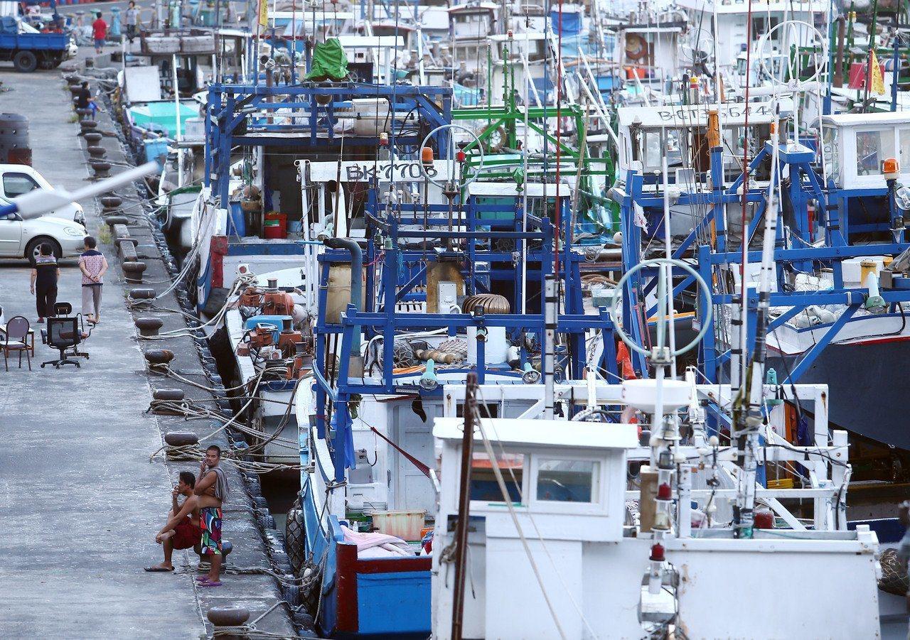 行政院長蘇貞昌今前往屏東東港魚市場視察,宣布漁業將納入勞基法84-1責任制適用行...