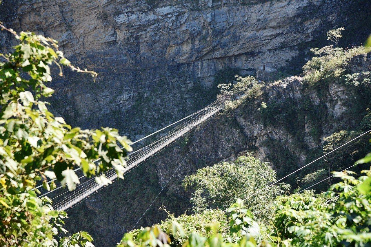 雙龍景觀吊橋興建在大峭壁上,景色壯觀,加上雙龍瀑布水質清澈,終年不斷,今天夏天將...