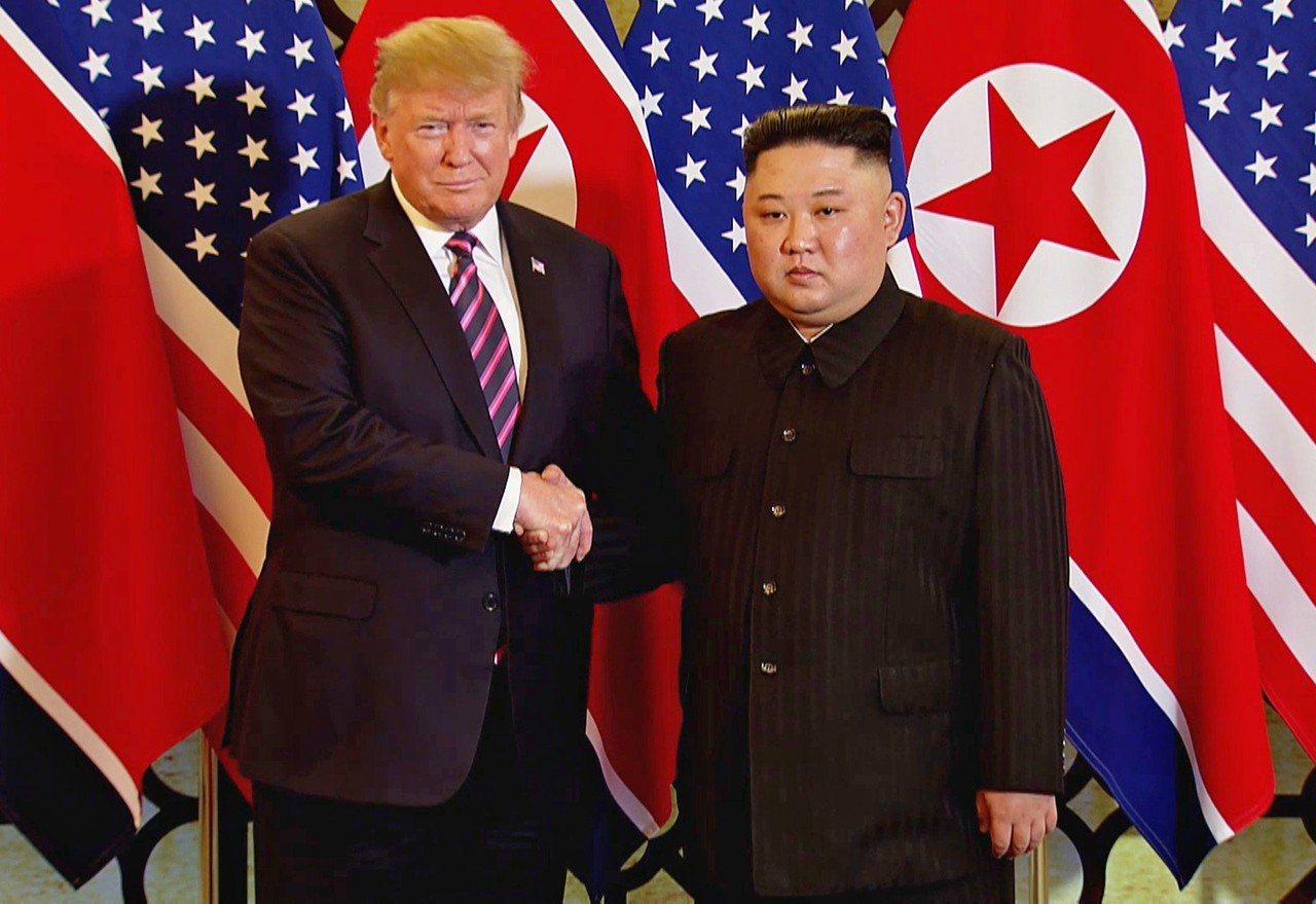 美國總統川普(左)27日晚間在河內與北韓領導人金正恩舉行一對一會談。(歐新社)
