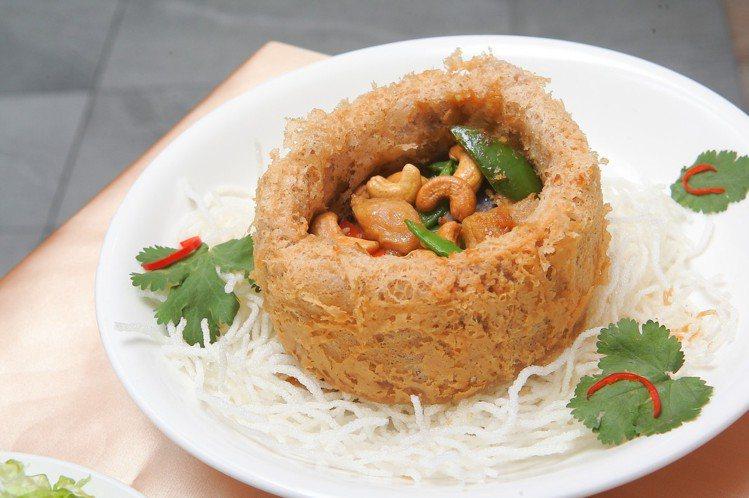 在酥炸芋泥佛缽中裝入熱炒雞丁與配料的佛缽飄香,每份528元。記者陳睿中/攝影