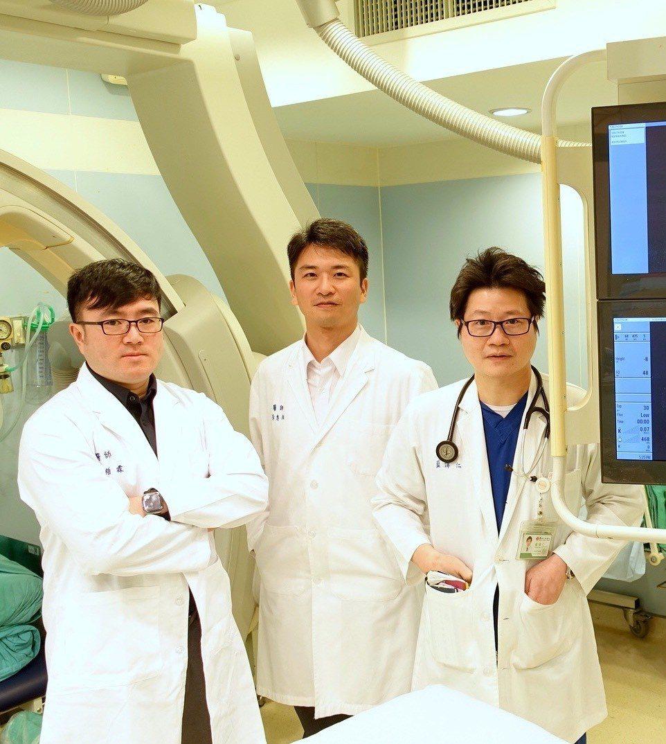 使用高血壓導管手術調控腎臟交感神經活性,可達到治療高血壓成效,右起為馬偕醫院心臟...