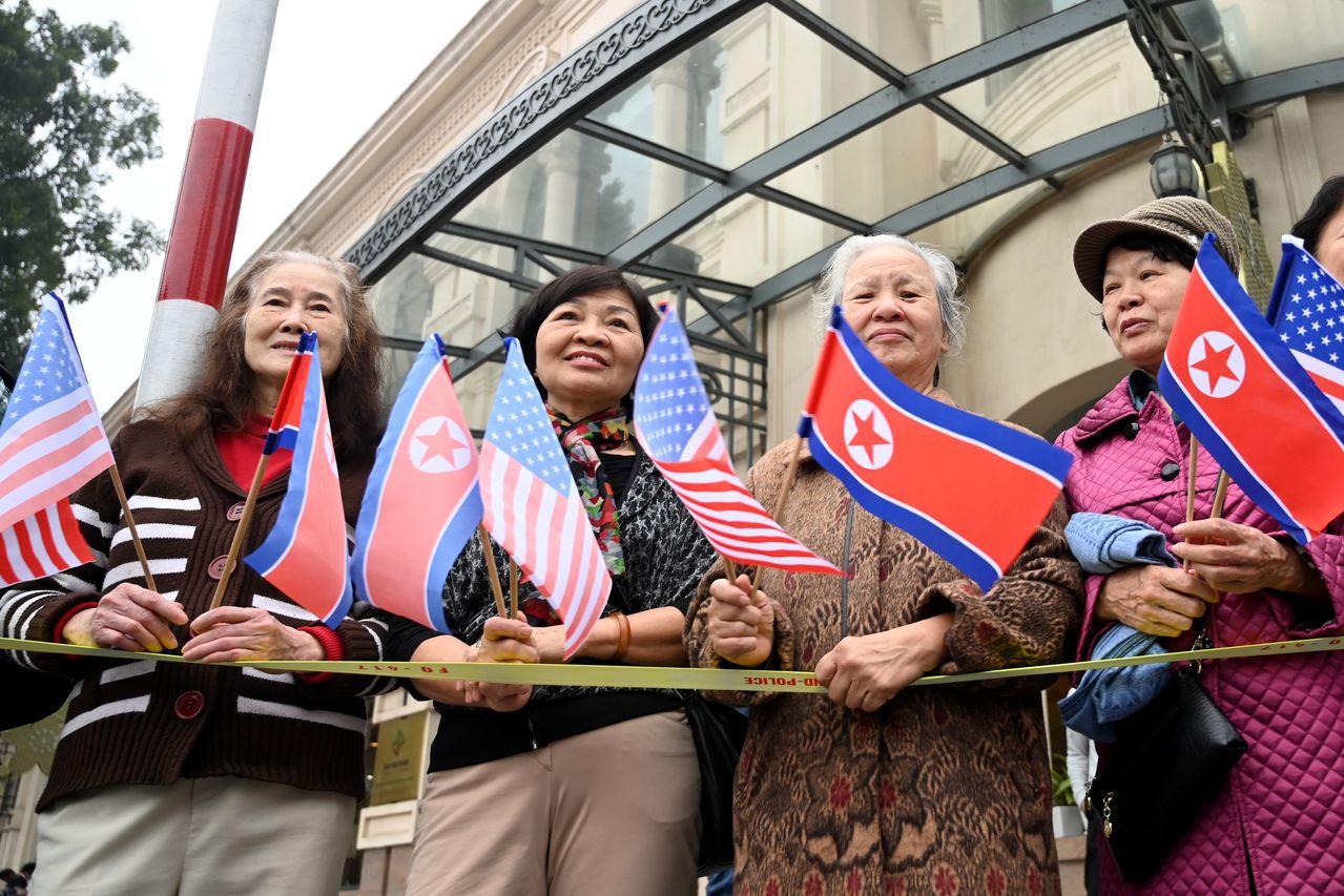 越南河內民眾28日早上夾道觀看川普與金正恩車隊。法新社