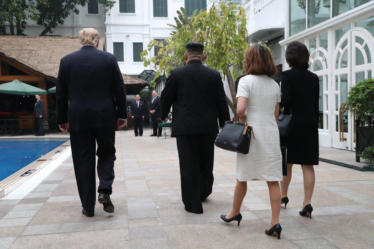 川普(左)與金正恩28日在越南河內索菲特傳奇大都會酒店舉行會談。路透