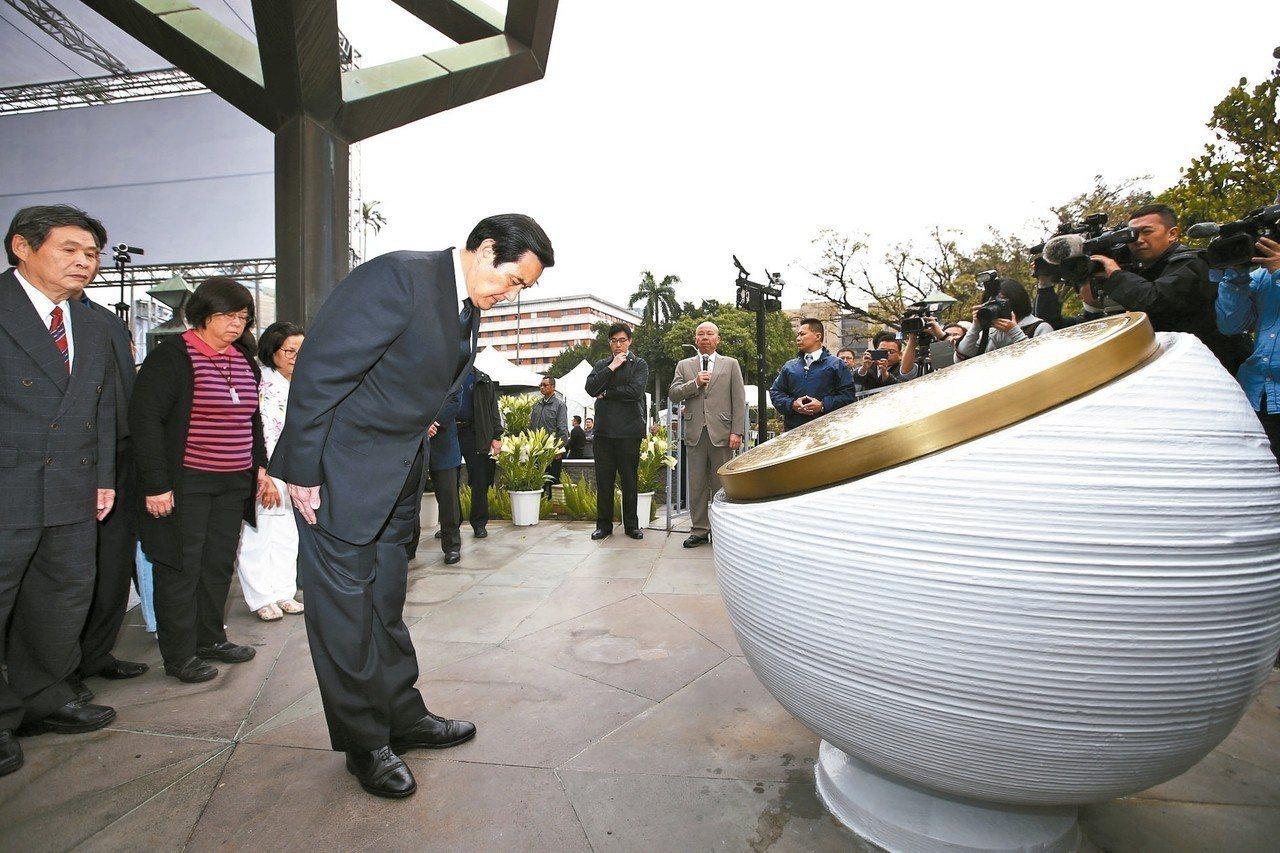 228事件72周年,前總統馬英九(左三)上午到228公園,向228紀念碑鞠躬致意...