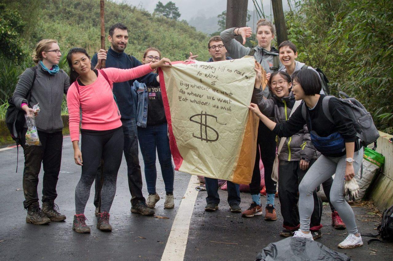 日前在台國際人士號召志工前往平溪、十分淨山,共清出40袋垃圾,其中天燈殘骸高達9...