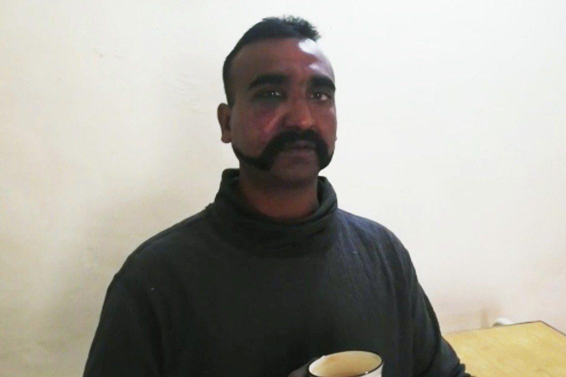 喝著熱茶的印度飛官戰俘影片。 圖/巴基斯坦空軍