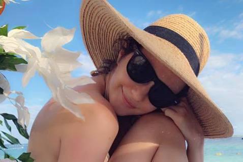 瑞莎這幾天帶著女兒到宿霧島,還在臉書上分享多張穿著比基尼泳裝辣照,不過其中有幾張美照,竟然還是出自2歲女兒之手。瑞莎28日在臉書分享幾張她在沙灘上的美照,只見她頭戴著一頂大草帽,穿著蕾絲花紋的比基尼...
